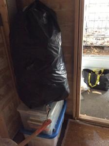 Jeg er lei nå. På vei ut av døra ser jeg en sekk med tomme Pepsi Max- burker som skulle vært returnert til Sverige. Under hviler fagbøker til evig tid.
